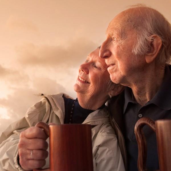 """幸せな老夫婦を目指そう! """" 最も手軽なスキンシップ""""を続ける方法とその心理効果とは?"""