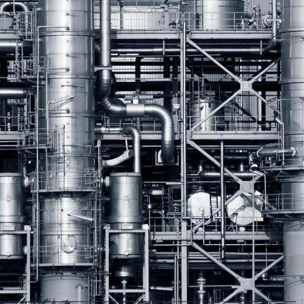 """複雑怪奇な配管が""""男心""""をくすぐる 幻想的な『工場夜景』の魅力を覗く。"""