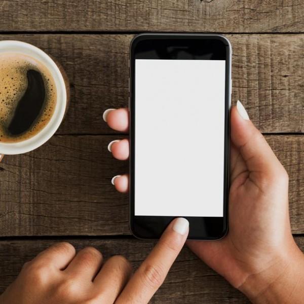 """職人の""""物語""""を持ち歩く。 手作りの温もりを感じる…木製iPhoneカバー 3選。"""
