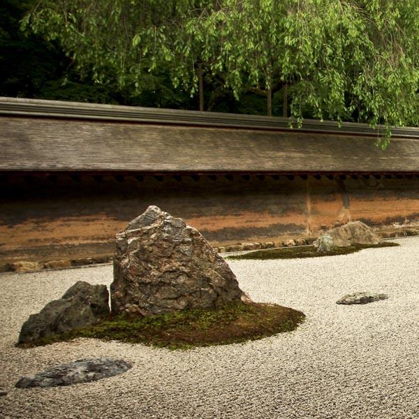 それは、心を映し出す鏡か? 謎だらけの枯山水…京都を代表する寺院・龍安寺の魅力。