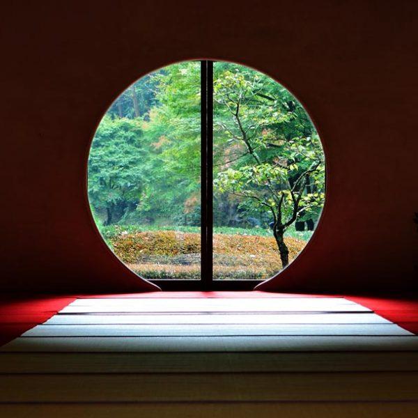 """完全なる""""円""""に癒しを感じる。 和の空間からみる、幻想的な丸窓の絶景。"""