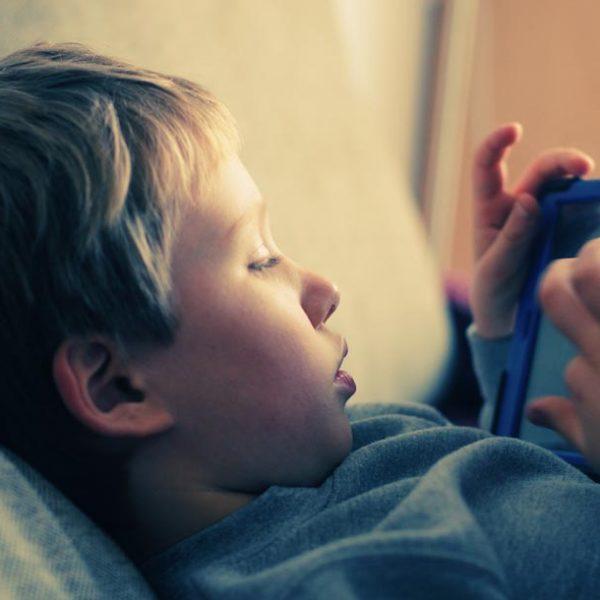 スマホ依存の子供と一緒に学ぶプログラミング?…父子と楽しむ「プログラミン」